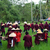 Mahasiswa Fakultas Pertanian Unes Padang Bantu Petani Tabur Pupuk Organik