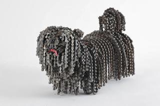 болонка куче фигура странни скулптури верига велосипед