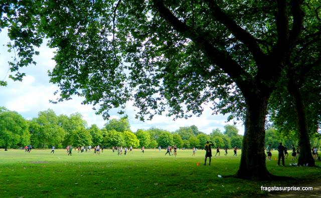 Partida de futebol nos Kensingtin Gardens, em Londres