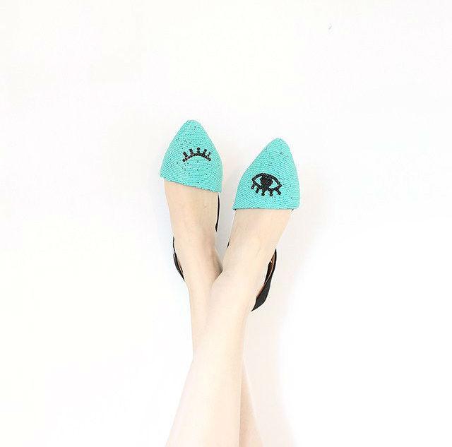 zapatos decorados con cuentas