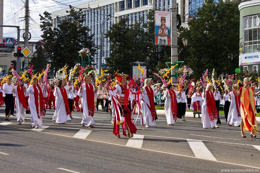 Участники шествия в честь праздника тысячелетия единения мордовского народа с народами России