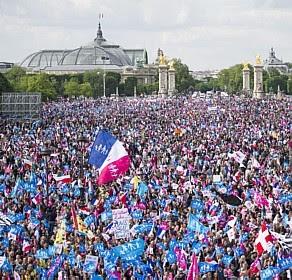 Em Paris, milhares protestam contra casamento gay
