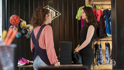 Rita (Alanis Guillen) discute com Lara (Rosanne Mulholland) em 'Malhação - Toda Forma de Amar' — Foto: TV Globo