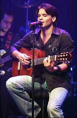 Foto de Pedro Capó en el escenario