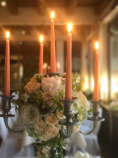 Silberleuchter mit Kerzen und Blumen, Regenhochzeit, Apricot, Lachs, Pfirsich, heiraten in den Bergen, Hochzeitshotel Riessersee Garmisch-Partenkirchen, Bayern, Hochzeitsplanerin Uschi Glas