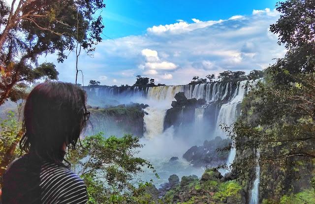 Uma vista na trilha inferior das Cataratas del Iguazú, Argentina.