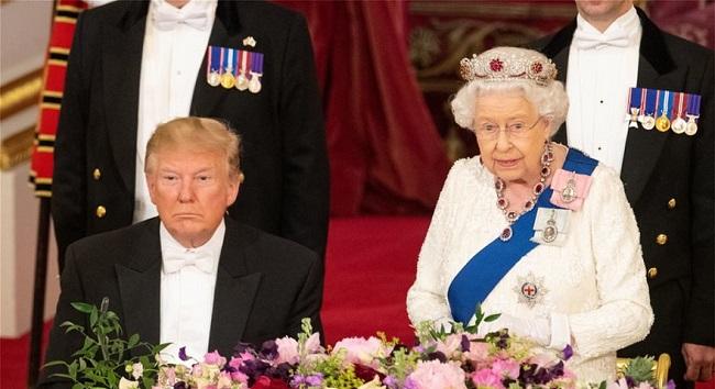 Ο Τραμπ στο Μπάκιγχαμ: Το παρασκήνιο του δείπνου με την Βασίλισσα και η... «απρέπεια» του Αμερικανού προέδρου
