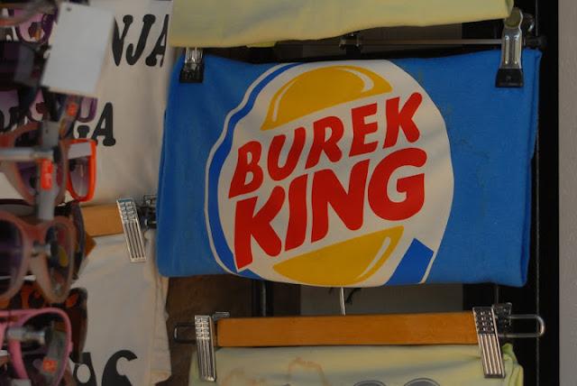 stragan w Mostarze, bazar, Mostar, koszulka z napisem, burger king
