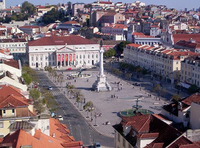 «Praça Don Pedro IV (Rossio)» de Bznein - Trabajo propio. Disponible bajo la licencia CC BY-SA 3.0 vía Wikimedia Commons - https://commons.wikimedia.org/wiki/File:Pra%C3%A7a_Don_Pedro_IV_(Rossio).jpg#/media/File:Pra%C3%A7a_Don_Pedro_IV_(Rossio).jpg