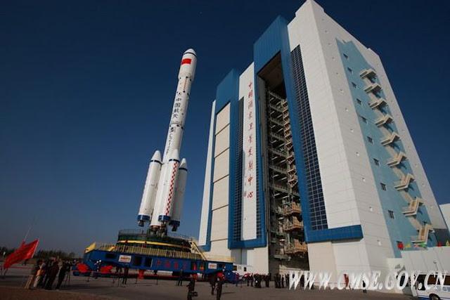 Trạm Không gian Thiên Cung và Tên lửa Trường Chinh 2F đang được chuyển đến địa điểm phóng. Hình ảnh: China Manned Space Engineering.