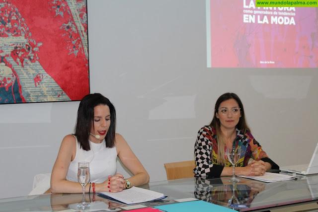Bea de la Rosa presentó su obra y su técnica en una conferencia sobre el arte y la moda