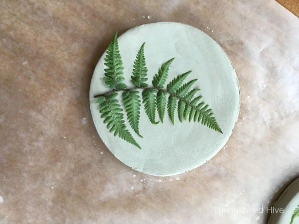 How to make easy DIY botanical coasters with air dry clay! Such a cute craft and great gift idea!