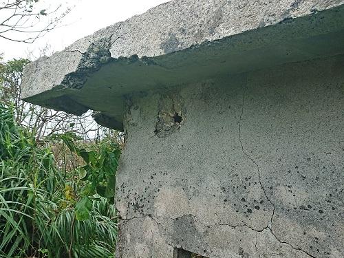 与那城監視哨跡の弾痕の写真