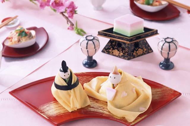 Mùa Xuân Nhật bản kéo dài từ tầm giữa tháng ba đến khoảng đầu tháng sáu, vào khoảng này thời tiết sẽ chuyển mình sang không khí mát mẻ, hoa đào bắt đầu nở rộ, những cơn mưa xuân lớt phớt bắt đầu xuất hiện thường xuyên hơn. Tất thảy những chuyển mình nho nhỏ nhất của mùa màng được người Nhật ghi lại và đem chúng vào những chiếc bánh. Mùa này có hai món bánh truyền thống đặc biệt nhất, đó là Sakura mochi và Yomogi mochi.