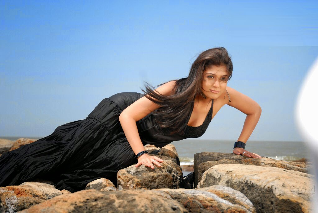 Nayanthara Hottest Cleavage Pictures From Billa And Salute -9860
