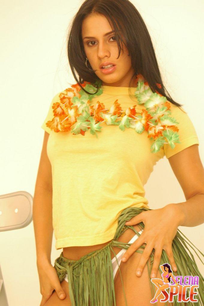 Andrea Rincon, Selena Spice Galeria 13: Hawaiana Camiseta Amarilla Foto 1