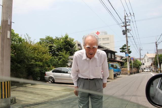 Cựu Thủ tướng Nhật tiễn tác giả lên xe.