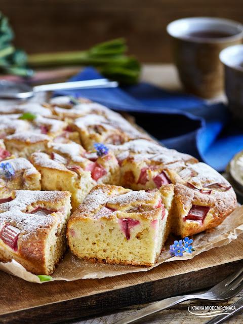 ciasto jogurtowe z rabarbarem, ciasto z jogurtem naturalnym, ciasto na jogurcie naturalnym, wilgotne ciasto, proste ciasto z owocami, ciasto z rabarbarem, pomysł na rabarbar, kraina miodem płynąca