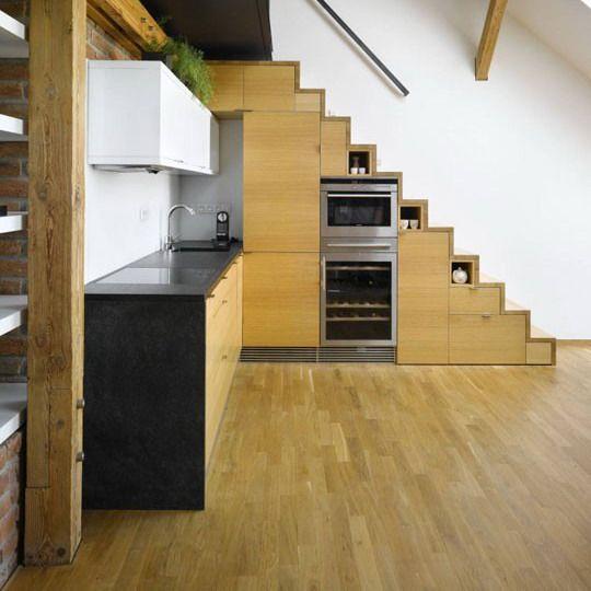 Cocina encastrada bajo la escalera