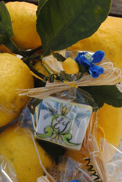 biscotti segnaposto dipinti a mano e personalizzati con motivi ispirati alla ceramica vietrese.
