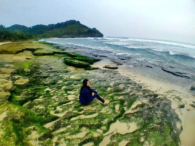 foto batuan karang di pantai molang tulungagung jawa timur