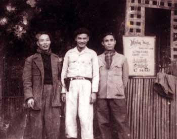 Nhà văn Nguyễn Công Hoan (giữa) cùng ông Lê Tất Đắc và Đào Duy Kỳ trong kháng chiến chống Pháp.