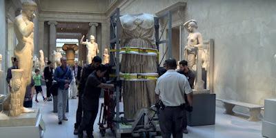 Η μεταφορά του κολοσσιαίου αγάλματος της θεάς Αθηνάς στο Great Hall του MET