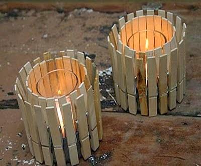 Candelabro decorativo con latas y ganchos de madera