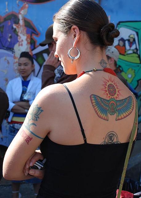 Mulher Egipcia Tatuagem Na Parte Superior Das Costas
