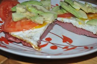 placek keto z jajkiem, avocado i mięsem