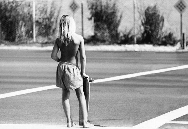 """Skater crossing"", CA, 1975 - foto por Hugh Holland 