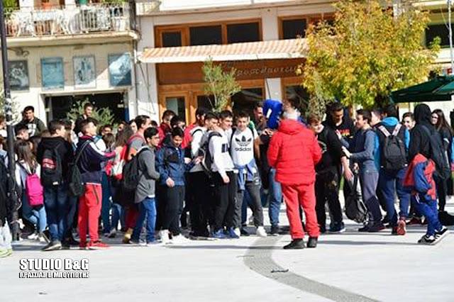 Πορεία μαθητών Λυκείων στο Άργος διαμαρτυρόμενοι για την διακοπή της μεταφοράς τους από το ΚΤΕΛ