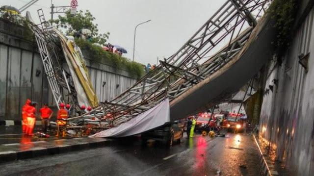 Jembatan penyeberangan orang (JPO) di Pasar Minggu Ambruk , Satu Meninggal dan Dua Bocah Kakak Beradik Ikut Jadi Korban