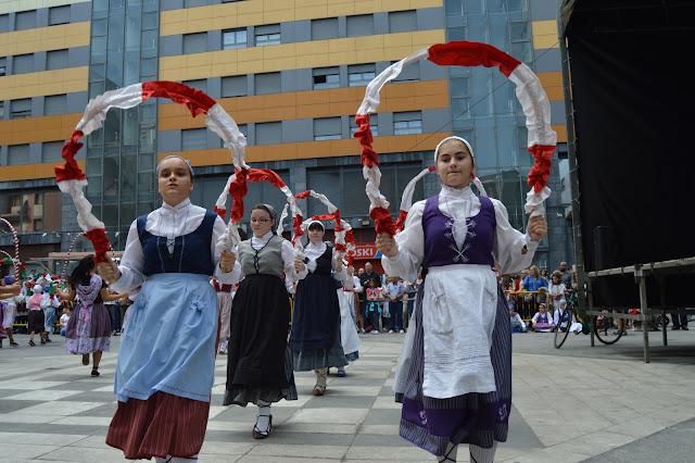 Danzas vascas en las fiestas de Beurko Bagatza