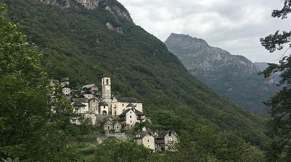 A menor vila da Suíça está enfrentando uma batalha para continuar viva