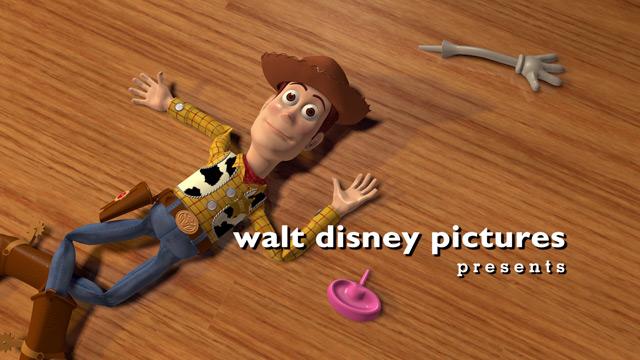 O boneco Woody estirado no chão de casa