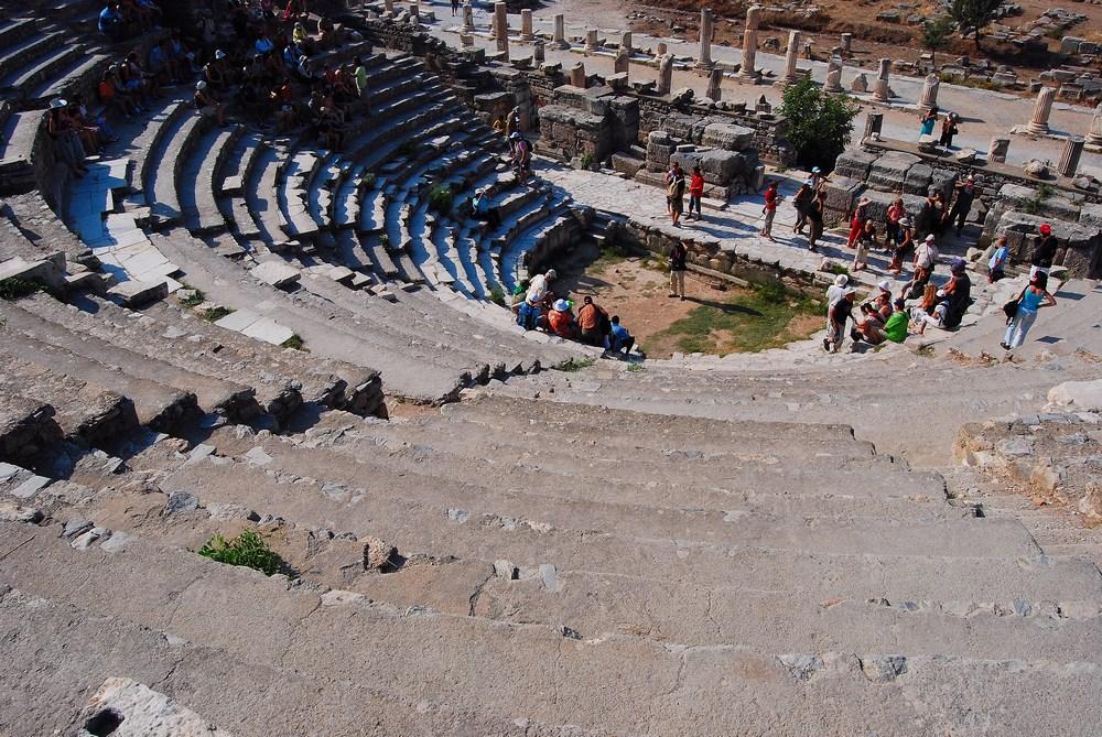 Cet édifice en demi-cercle, qui date du premier siècle avant notre ère, était une salle de réunion du conseil municipal ; il pouvait aussi, plus rarement, avoir une fonction civile comme lieu de rencontre pour des représentations culturelles (conférences, concerts).
