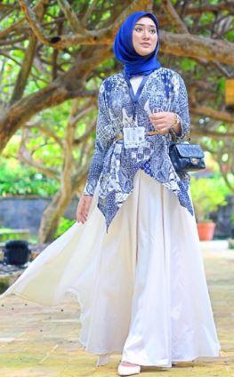 Kerap kali kita menjumpai berbagai model cantik dan unik pada baju muslim  batik ketika menjelang lebaran. Nah jadikan momen spesialmu penuh warna dan  gaya ... a5b1985e4e