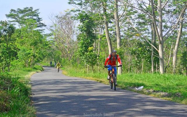 Fisiknya kuat; sepeda untuk downhill dipakai uphill