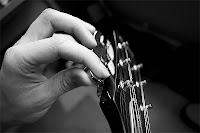 Bir el bir gitarı akort ederken