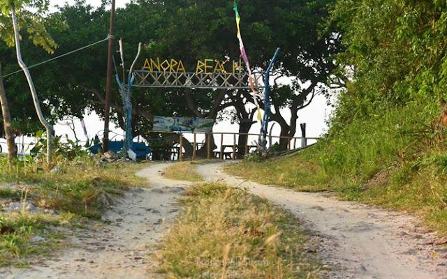 Gerbang masuk pantai Annora, dipotret saat pulang dari pantai