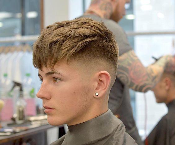 6f55583cd Corte de Cabelo Masculino Repicado com Franja, penteado pra frente e Fade  nas laterais!