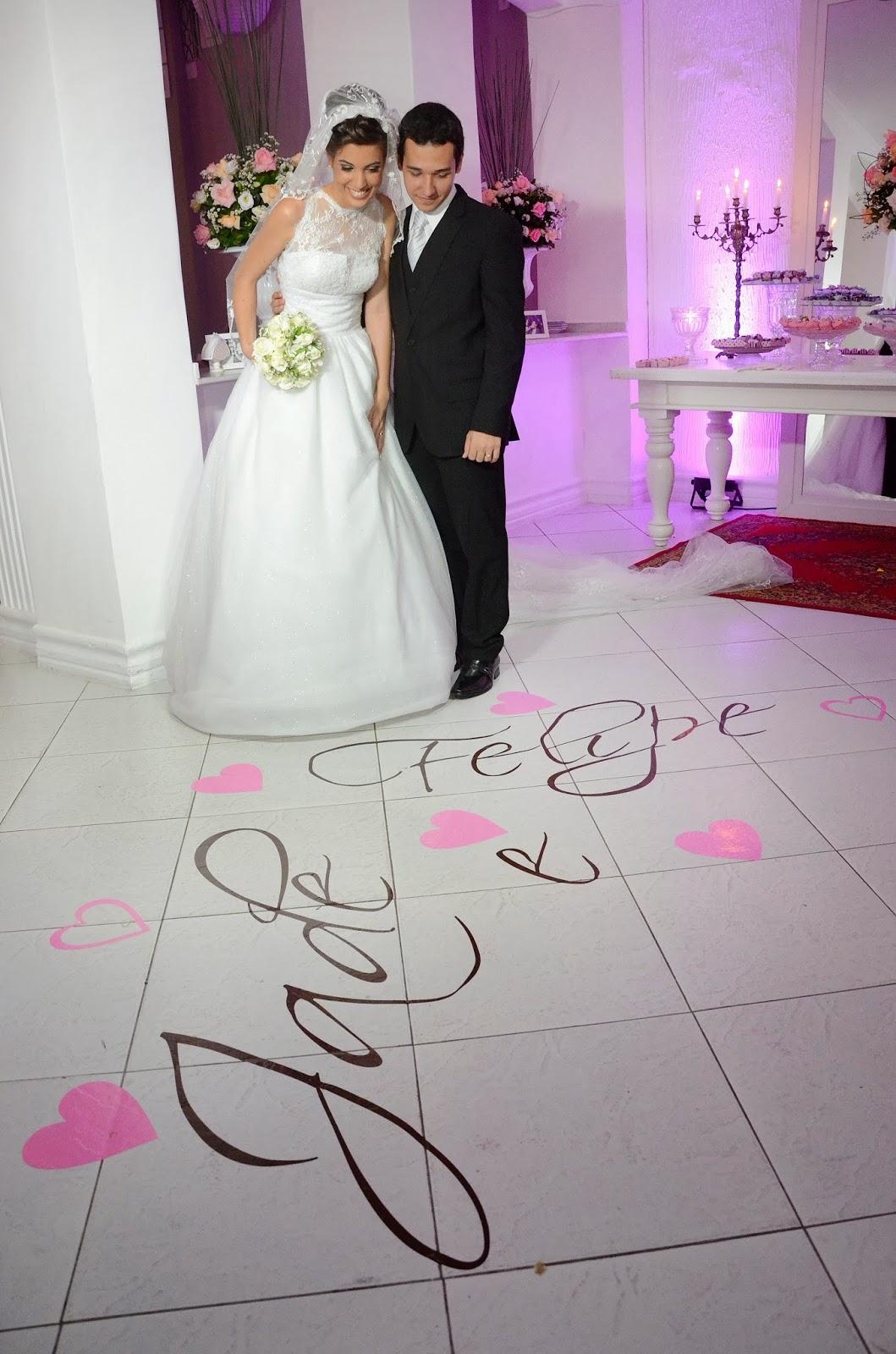 festa - recepção - noivos - bouquet - nome dos noivos no chão - nome dos noivos na pista de dança