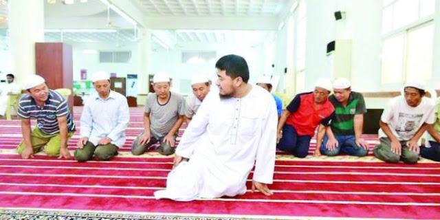 Kebaikan Imam Masjid Bimbing 9 Pekerja Tiongkok Yang Tidur Di Dalam Kardus Ini Masuk Islam