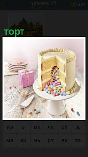 в вазе лежит торт, у которого отрезан небольшой ломтик