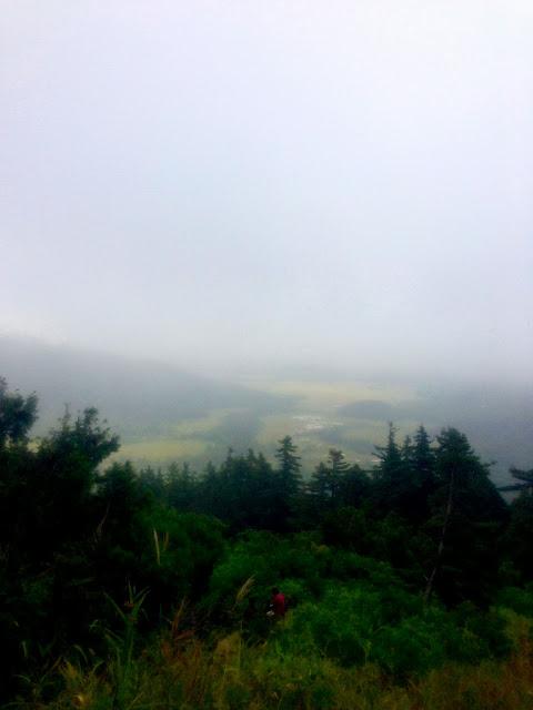 テラスベンチでくつろぐ山ガールのバックに尾瀬の湿原