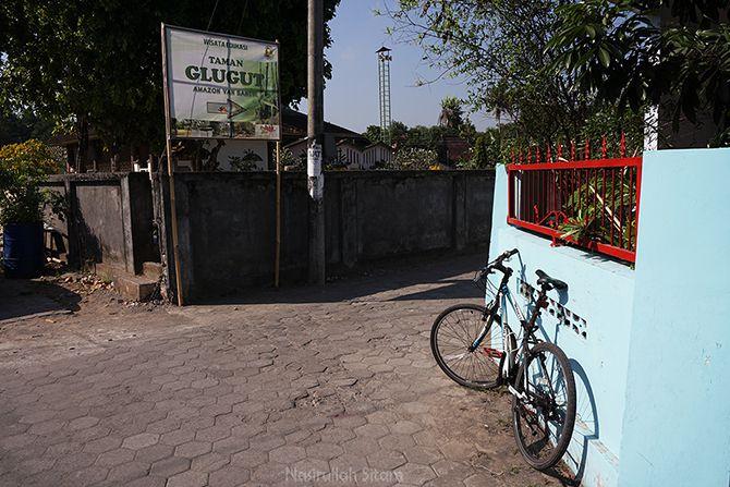 Spanduk bertuliskan Taman Glugut