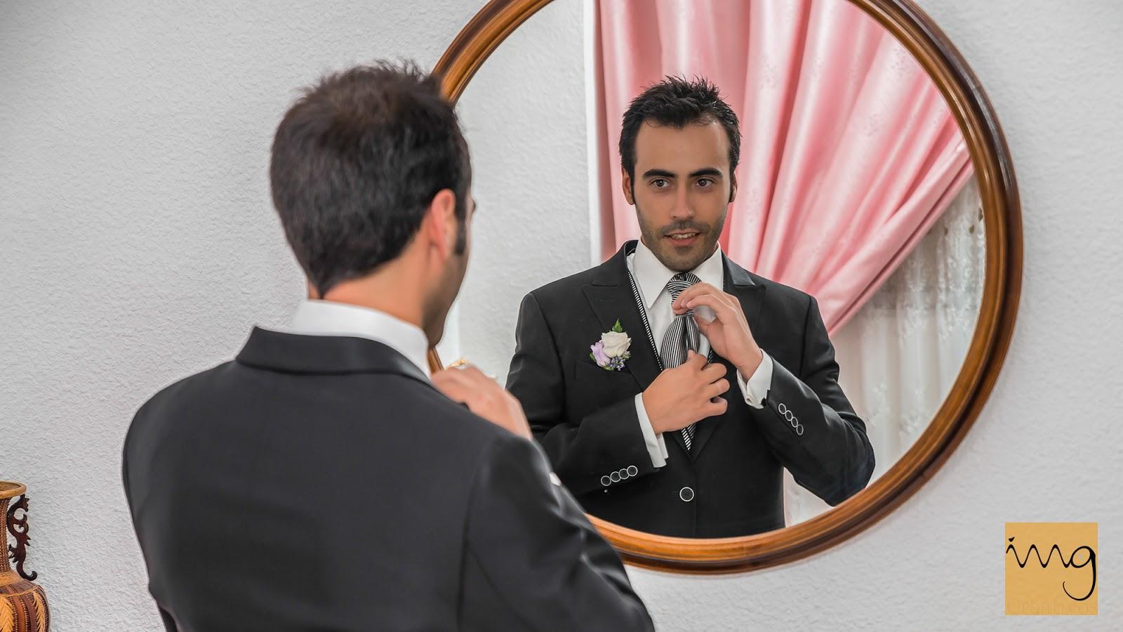 El novio mirándose al espejo