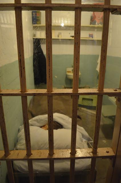Cela de um preso com uma cabeça feita por ele durante a tentativa de fuga.