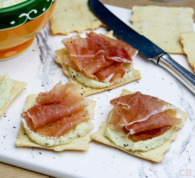 Toastjes met gedroogde ham en een frisse artisjokkencrème